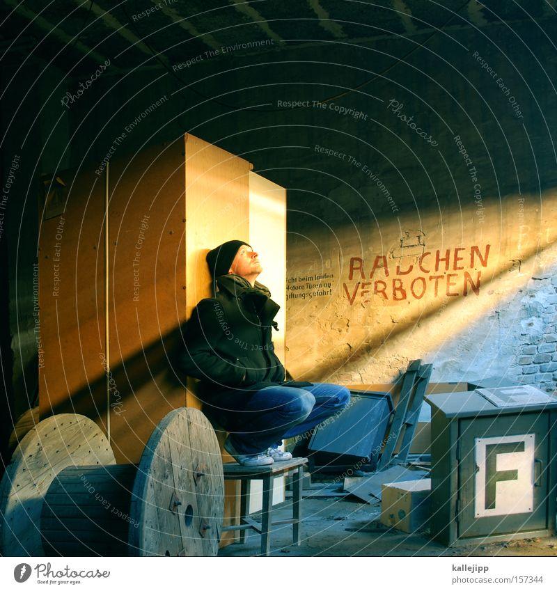 der nichtraucher Mann Mensch Rauchen Rauchen verboten Scheune Kammer Licht Feuerlöscher Sonne Sonnenbad verfallen kabeltrommel