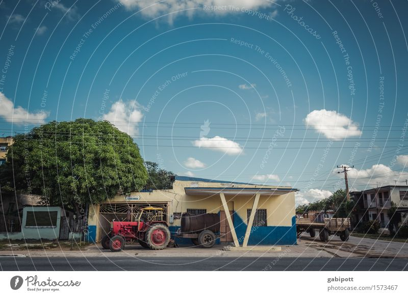 Kuba | irgendwo mittendrin Himmel Wolken Schönes Wetter Kleinstadt Haus Fassade Verkehrsmittel Traktor Tourismus Tradition Güterverkehr & Logistik Verfall