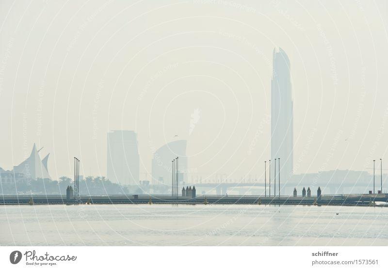 Fata Morgana Stadt Hauptstadt Skyline Hochhaus Bankgebäude außergewöhnlich Brücke Wasser Bucht Dubai Wüste Wärme Luftspiegelung Dunst Ferne Größe Größenwahn