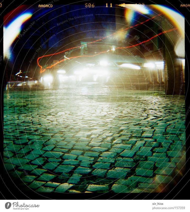 Montagmorgen vor der Schule Straße PKW Kunst Straßenverkehr Verkehr KFZ Kopfsteinpflaster Fotografieren blenden Autoscheinwerfer Blendenfleck Blendeneffekt