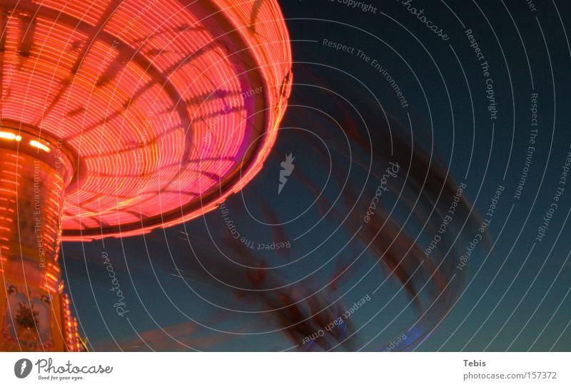 Karussell blau rot Bewegung Geschwindigkeit Jahrmarkt Oktoberfest Kreisel