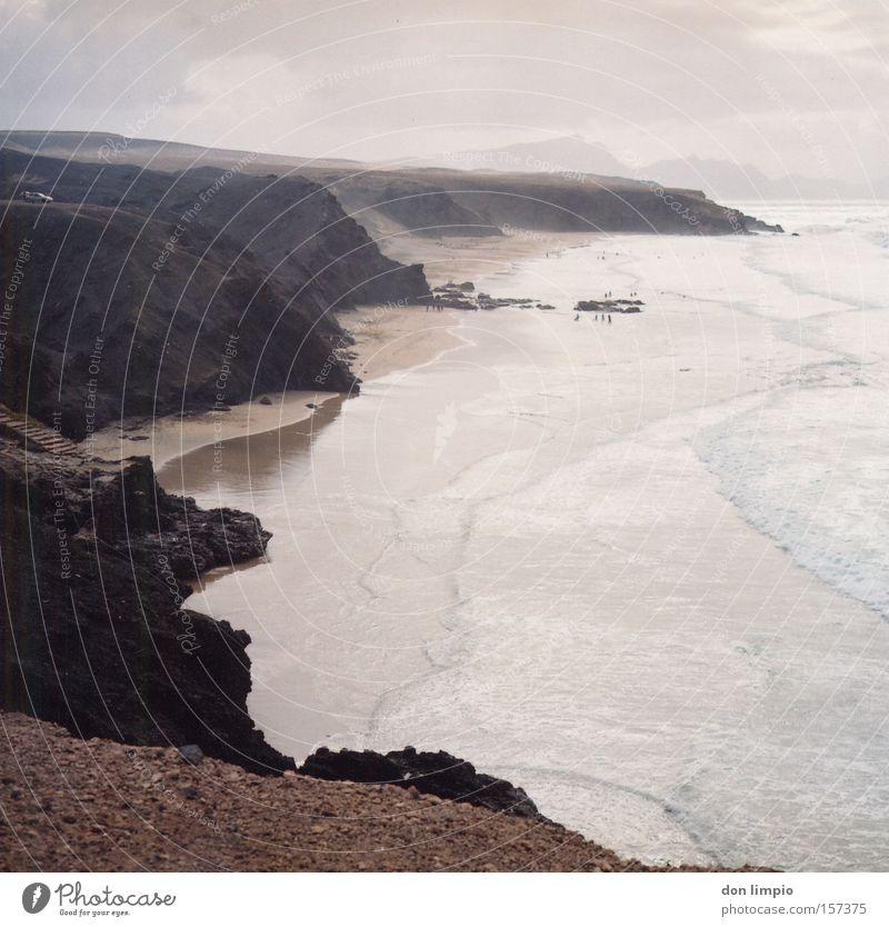 la pared Textfreiraum rechts Strand Meer Wellen Küste Mauer Wand Stein hoch Atlantik Surfer Fuerteventura Mittelformat analog