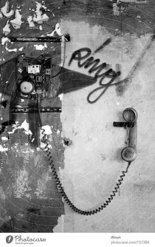 Ring Ring! Telefon alt Fahrradklingel kaputt Telefonhörer Kabel Apparatur verfallen Vergänglichkeit