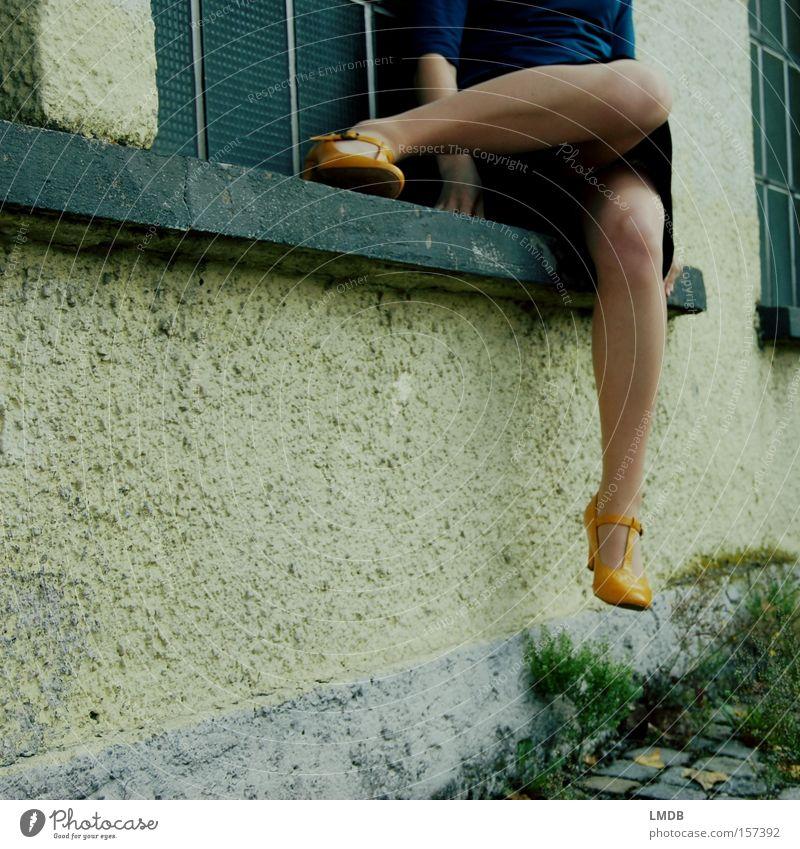 gelbe Schuhe, kurze Röcke Frau Kleid sitzen Erholung warten Knie kopflos Straße Beine Fenstersimms Pflastersteine Außenaufnahme