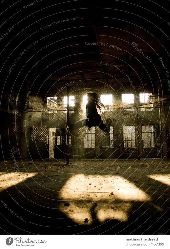 HÄSCHEN HÜPF springen Aktion hoch Sonne Gegenlicht alt verfallen Fabrik Maschendrahtzaun Schatten Sonnenstrahlen fliegen Mann Extremsport dread Luftverkehr