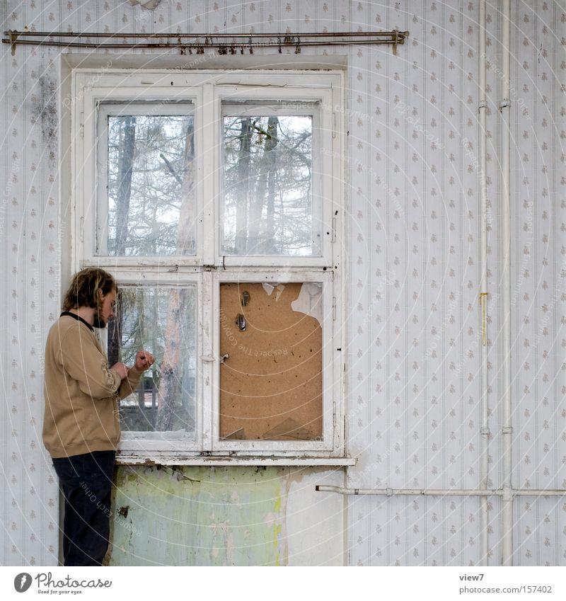 warten. Mann ruhig Fenster Raum warten Wohnung Zeit stehen Körperhaltung Uhr Tapete Konzentration Verfall Wohnzimmer Langeweile Gardine