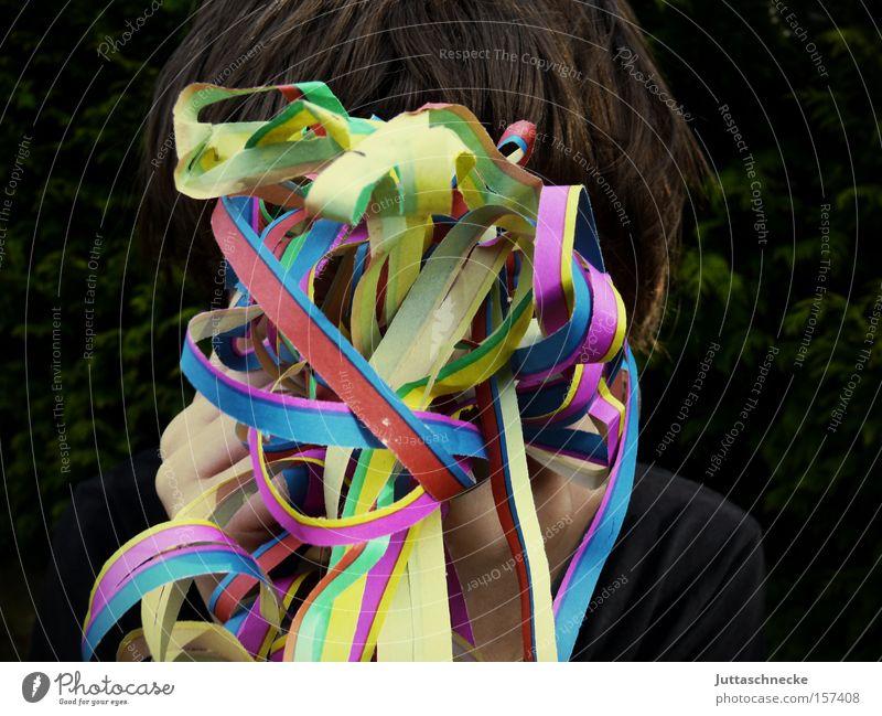 Ich bin nicht da Karneval Rosenmontag Girlande Luftschlangen Party Feste & Feiern Konfetti verstecken Geburtstag Partygast Außenaufnahme mehrfarbig