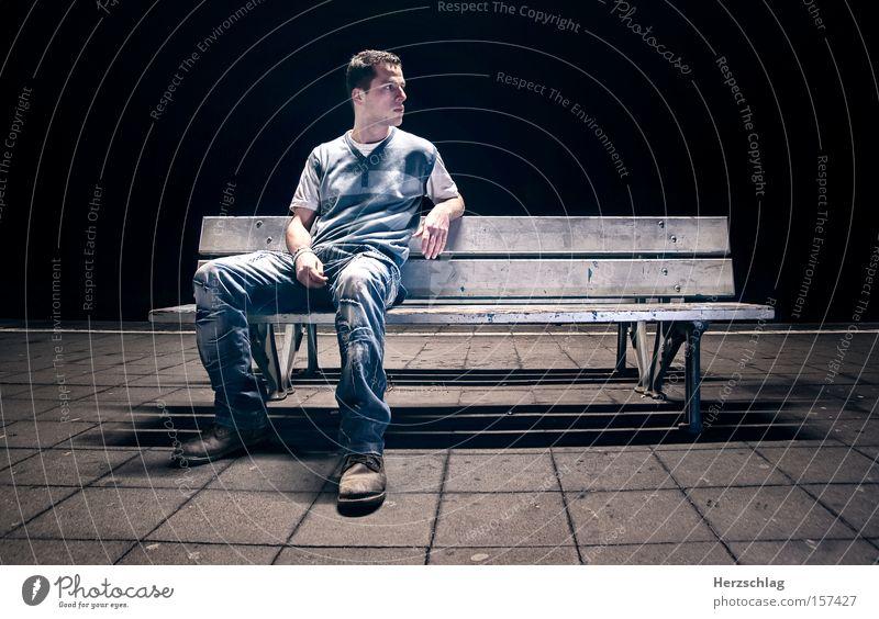Nachtszene Mensch blau Einsamkeit dunkel kalt warten Beton sitzen Bank Bahnhof Langeweile Charakter Szene