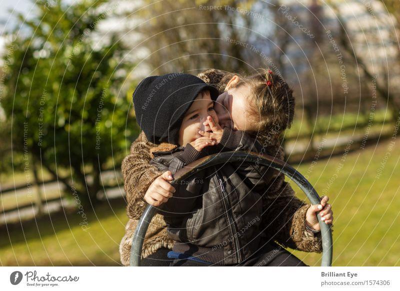 Schaukeln und liebhaben Kind Natur Freude Mädchen Gefühle Wiese natürlich Junge Spielen lachen Glück Garten Zusammensein Freundschaft Freizeit & Hobby Kindheit