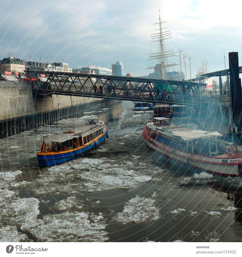 Hafenrundfahrt Hamburg Hamburger Hafen Landungsbrücken Barkasse Eisscholle Winter chaotisch Nebel Wasserfahrzeug Brücke Blauer Himmel Mensch Mauer Außenaufnahme