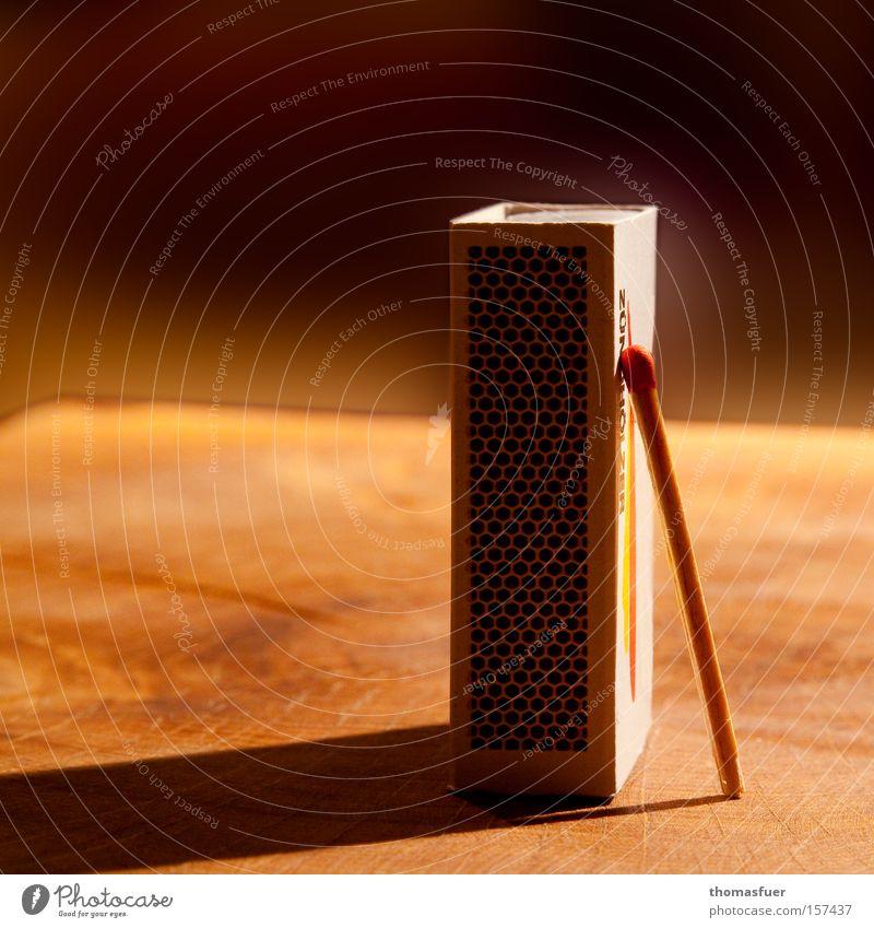 gefährliche Leidenschaft oder Amour fou Streichholz Riesa Brand Feuer Holz Schachtel Abhängigkeit Unselbständigkeit Reibung entzünden Licht Schatten