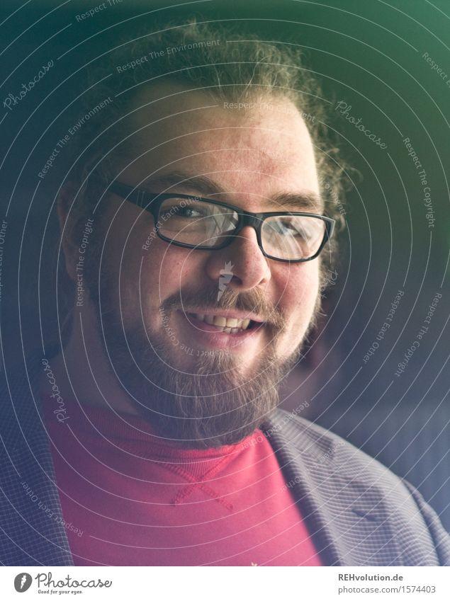 """""""Stutzt ihm seinen struppigen Bart!"""" Studium lernen Student Mensch maskulin Erwachsene 1 18-30 Jahre Jugendliche 30-45 Jahre Brille Locken Zopf Vollbart Lächeln"""