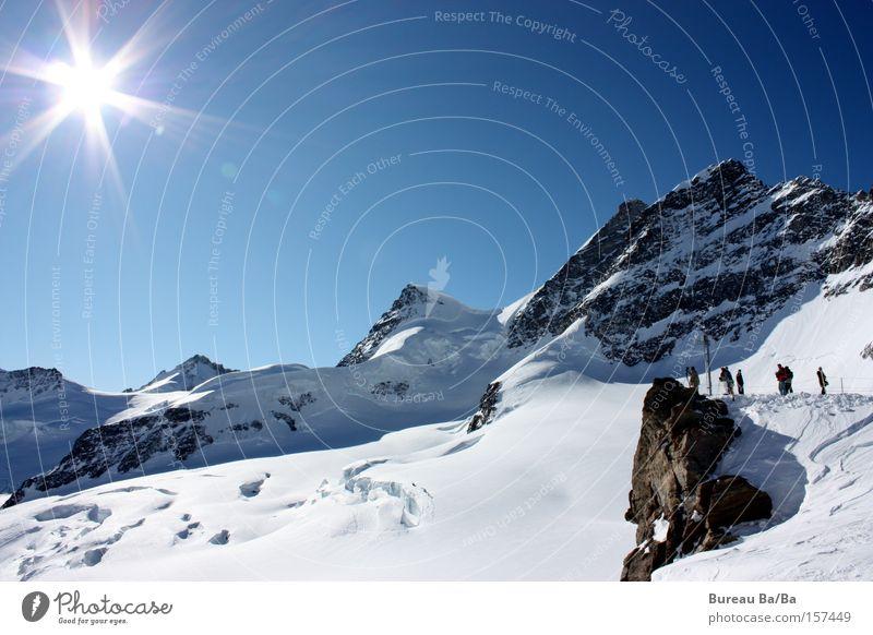 Top of Europe Eiger blau Sonne Berge u. Gebirge Hochgebirge Tourist Schweiz jungfraujoch Schnee Schneebedeckte Gipfel Sonnenlicht Sonnenstrahlen Bergwanderung