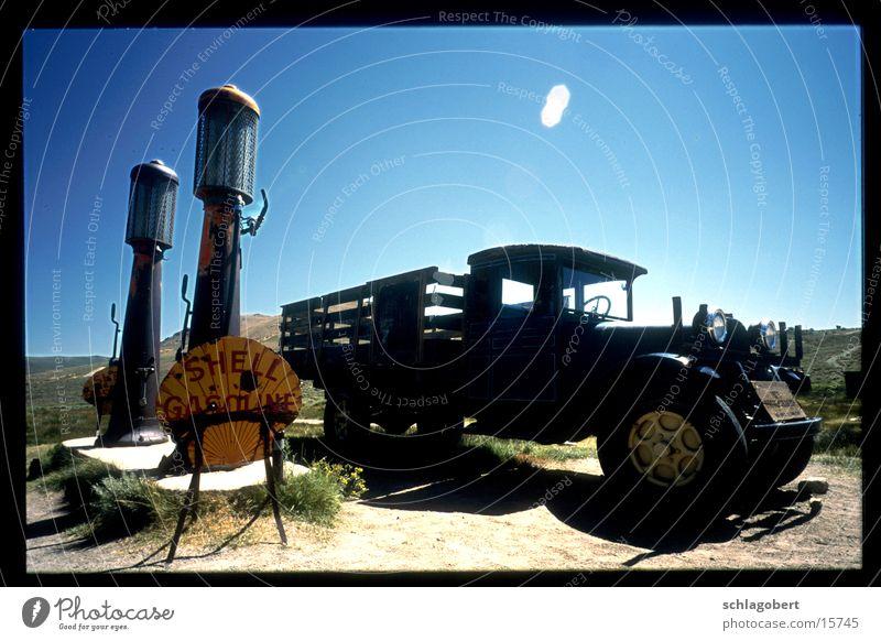 bodi shell truck Kalifornien Westernstadt Benzin Lastwagen Pickup Gegenlicht Zapfsäule historisch PKW alt