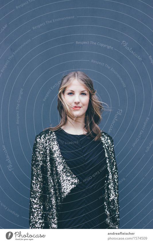 Vom Winde mit Glitzer feminin Junge Frau Jugendliche 1 Mensch 18-30 Jahre Erwachsene Mode Bekleidung Kleid Jacke Haare & Frisuren brünett blond langhaarig