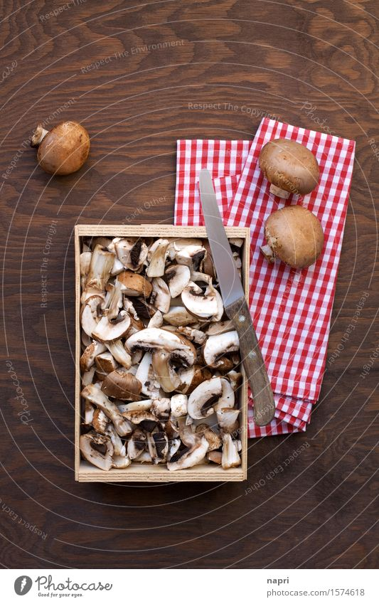 jeschnibbelte Pilze III Lebensmittel Champignons Ernährung Bioprodukte Vegetarische Ernährung Vegane Ernährung Messer frisch Gesundheit Billig lecker braun