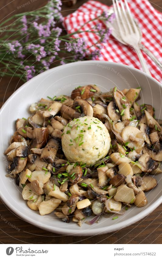Pilzragout Lebensmittel Champignons Austernpilz Schnittlauch Schalotten Knödel Ernährung Bioprodukte Vegetarische Ernährung Vegane Ernährung Teller Besteck