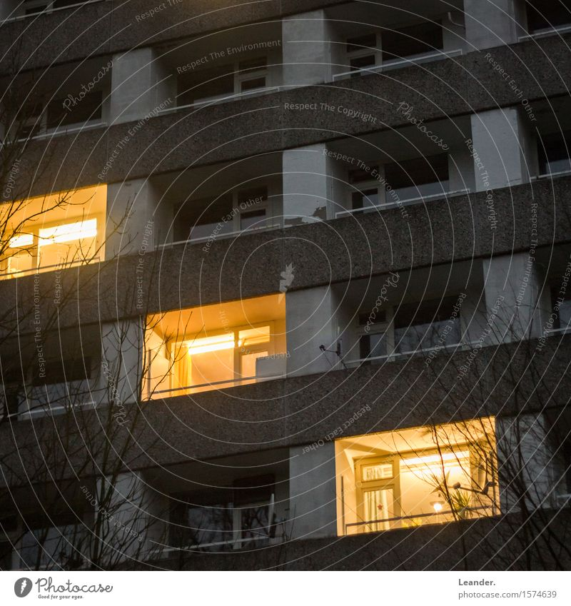 Das dritte Licht im Block Stadt alt Ferne Fenster kalt gelb grau Fassade Wohnung Häusliches Leben Angst dreckig Hochhaus hoch Platz Armut
