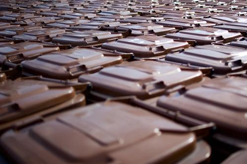 Wasteland Recycling Menschenleer Kunststoff braun Symmetrie Umweltschutz Müllbehälter Müllabfuhr entsorgen Wiederholung trist Müllverwertung Fass Biomüll