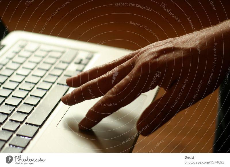 touch Hand Arbeit & Erwerbstätigkeit maskulin Technik & Technologie Telekommunikation Finger berühren Mobilität Notebook Tastatur unterwegs Tippen dienen