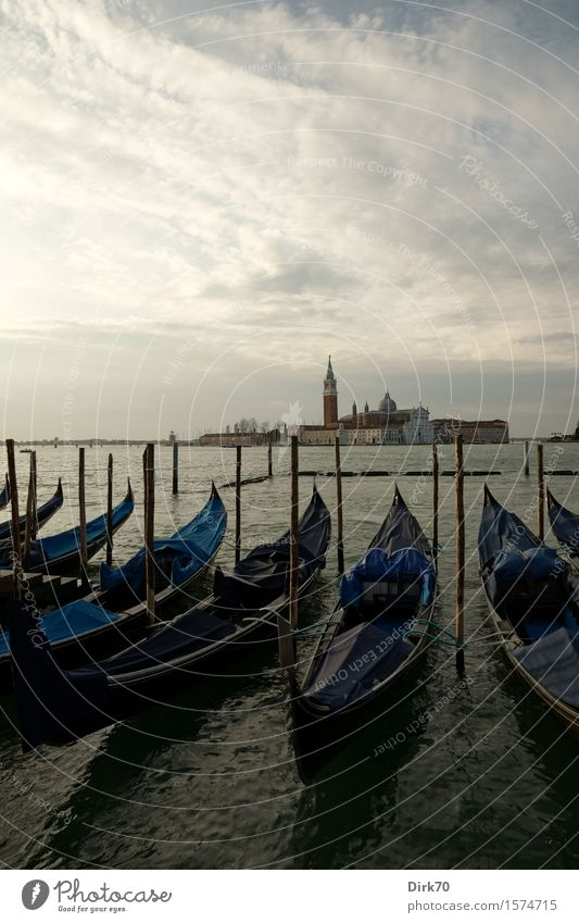 Gondeln vor San Giorgio Maggiore Ferien & Urlaub & Reisen Wasser Meer Einsamkeit Wolken Ferne Frühling Religion & Glaube Wasserfahrzeug Tourismus Perspektive