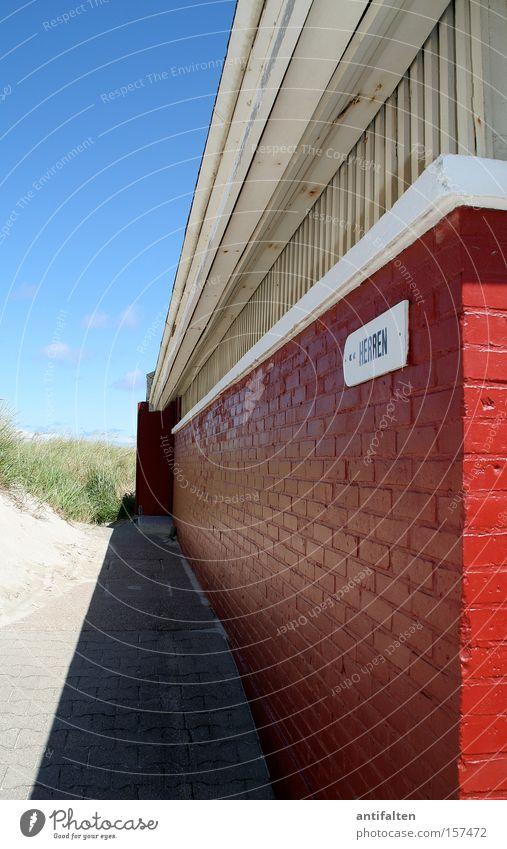 Dünen-WC Himmel blau weiß Sommer rot Küste Mauer Sand Toilette Eingang obskur Herr Norderney