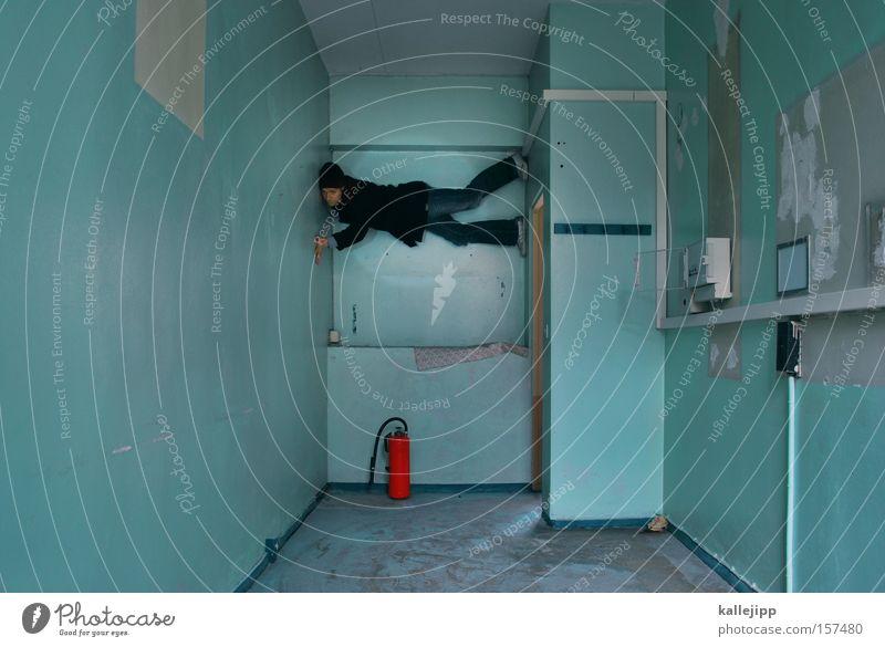 hasenfuss Wand Gefängniszelle Körperzelle Raum Örtlichkeit Mann Mensch Klettern Feuerlöscher gefährlich Brand türkis rot Möbel Fitness Örtlichkeiten bedrohlich