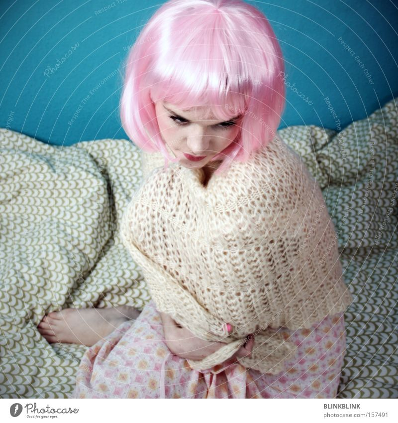 rosa helm Frau schön weiß Bett türkis Schlafanzug Decke beige Barfuß Schwäche Wolle Umhang sensibel Haare & Frisuren Perücke
