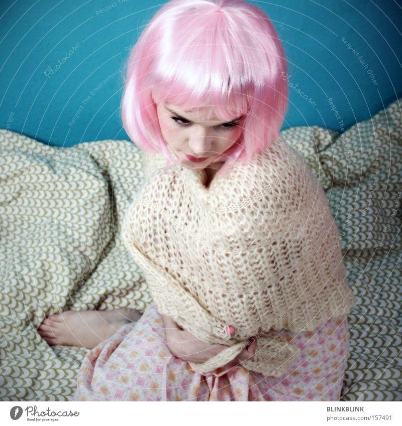 rosa helm Perücke sensibel Decke Bett Nachthemd Wolle Umhang türkis weiß beige Barfuß schön Frau Schwäche hellhäutig