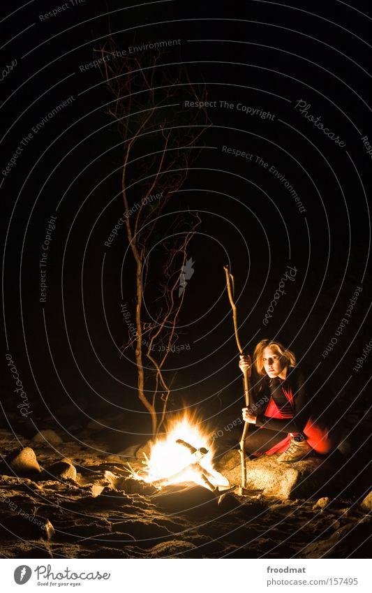 neandertaler 2.0 beta Frau Baum Strand dunkel Stein Wärme Brand Feuer Romantik Camping gemütlich Ostsee hocken Feuerstelle