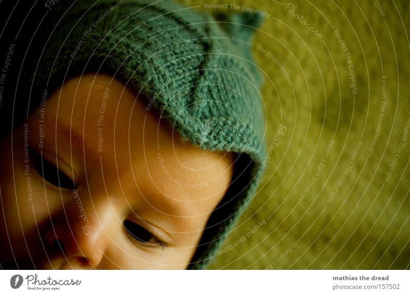 SCHÖN WARM HALTEN Kind Hand schön Auge Wärme Baby süß niedlich Mütze Fett Kleinkind verträumt lutschen saugen sabbern