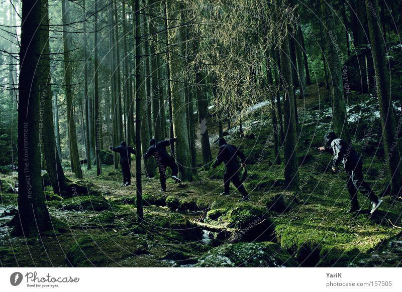 ninja walk Ninja Kämpfer Attentäter Hinterhalt verstecken Wald Baum Sonnenstrahlen beobachten Bach grün Winter geheimnisvoll gefährlich erspähen