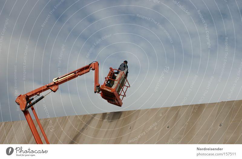 Hubsteiger Mensch Himmel Mann Wolken Erwachsene Wand Mauer Arbeit & Erwerbstätigkeit Fassade Häusliches Leben Design modern stehen hoch Beton Schönes Wetter