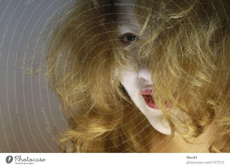 Cover Frau weiß schön rot Haare & Frisuren blond Lippen Maske lang verstecken bleich langhaarig unheimlich Bildausschnitt Anschnitt Haarsträhne
