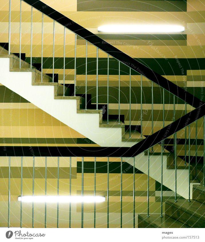 Treppenhaus Niveau Geländer Treppengeländer Neonlicht Leuchtstoffröhre Zickzack braun Linie aufwärts abwärts Eingang Detailaufnahme Flur Wandgestaltung