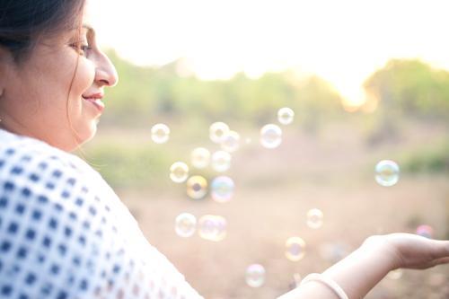 Mensch Frau Natur Ferien & Urlaub & Reisen Jugendliche schön Sommer Junge Frau weiß Erholung Freude Gesicht Erwachsene gelb Gefühle feminin
