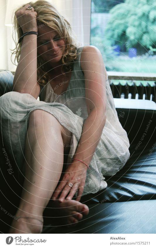 auf der couch Stil harmonisch Wohnung Sofa Junge Frau Jugendliche Beine 18-30 Jahre Erwachsene Fenster Kleid blond langhaarig Sommersprossen Erholung sitzen