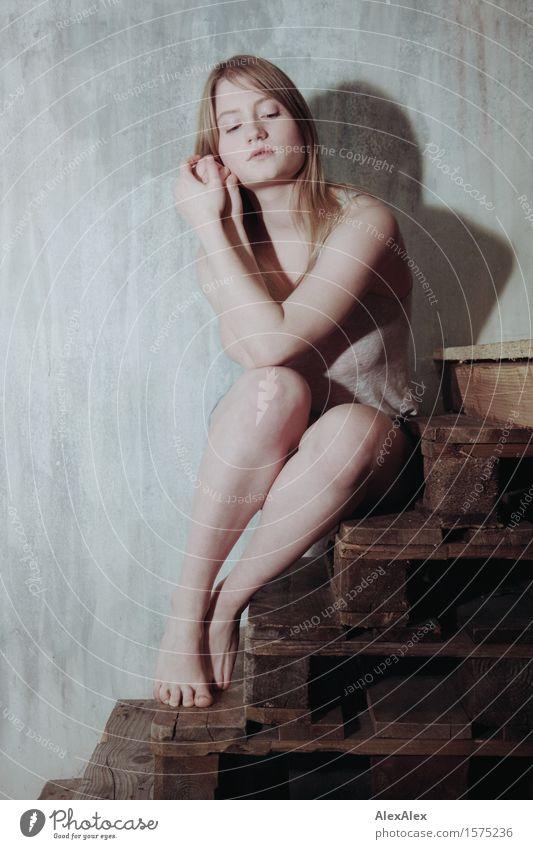 alles paletti Stil Zufriedenheit Treppe Paletten Junge Frau Jugendliche Kopf Beine 18-30 Jahre Erwachsene Hotpants Trägershirt Barfuß blond langhaarig sitzen