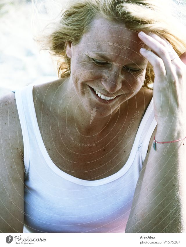 am Strand Jugendliche schön Sommer Junge Frau Sonne 18-30 Jahre Gesicht Erwachsene Leben natürlich feminin lachen Glück Sand blond