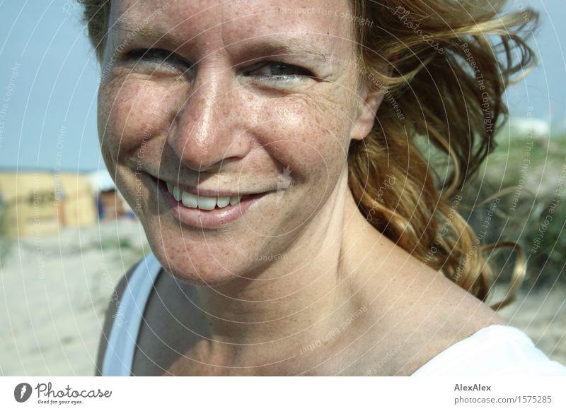 urlaub Freude schön Leben Sommerurlaub Sonnenbad Junge Frau Jugendliche Gesicht Sommersprossen 18-30 Jahre Erwachsene Schönes Wetter Strand blond langhaarig