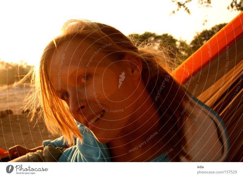 mrs sunshine Frau Gesicht Sonne Gegenlicht Blick Neugier lachen Sonnenuntergang blond Hängematte orange Haare & Frisuren