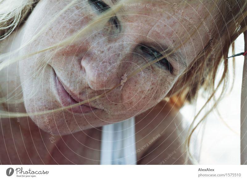 Sommer! Lifestyle Freude schön Leben Schwimmen & Baden Sonnenbad Junge Frau Jugendliche Gesicht Sommersprossen 18-30 Jahre Erwachsene Unterhemd blond langhaarig
