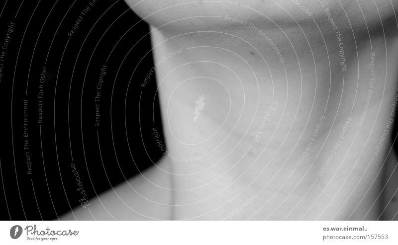 between body and head. weiß schwarz grau liegen Haut Warmherzigkeit genießen Verliebtheit Lust Hals Begierde Skelett strecken Kinn Leberfleck Sehne