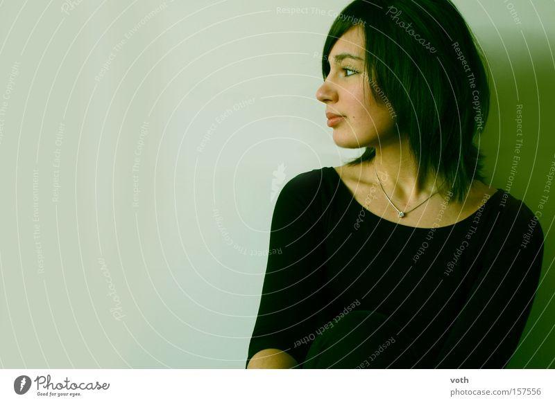 lebensfreude Frau Jugendliche schön grün schwarz Denken Porträt Model Romantik Seite brünett Halskette Bob Schmollmund