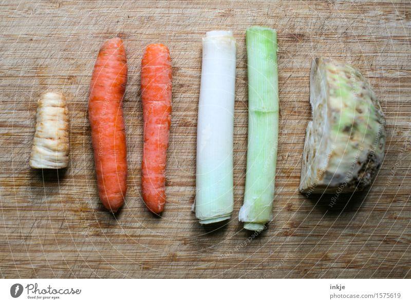 Suppengrün (mit Möhrchen) Gemüse Eintopf Möhre Sellerie Lauchstange Ernährung Bioprodukte Vegetarische Ernährung Holzbrett Schneidebrett liegen einfach frisch