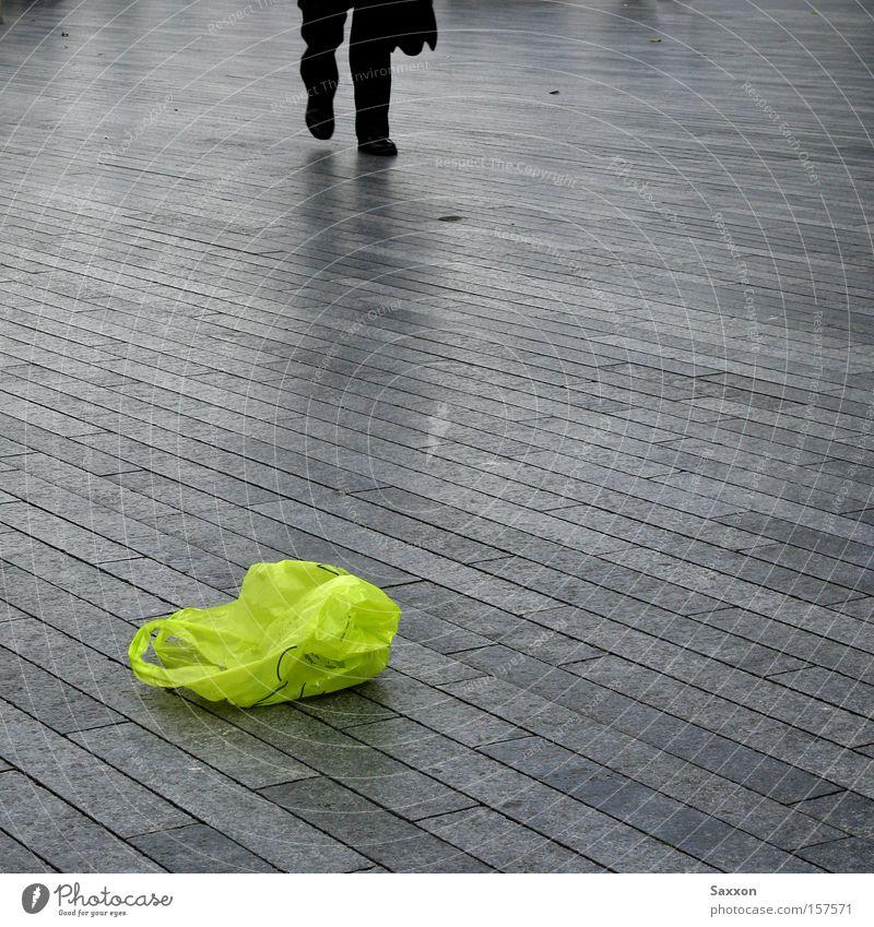 Die grüne Tüte grün Einsamkeit trist Müll Bürgersteig Verkehrswege Fußweg Tüte Pflastersteine Promenade Recycling Farbfleck Wege & Pfade Arbeitsweg