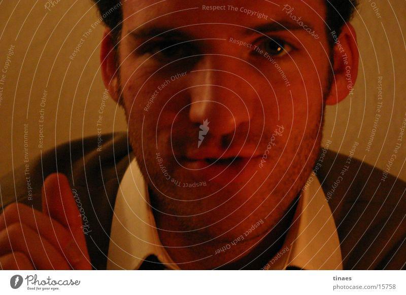 Tim Mann Auge dunkel sprechen Mund Nase gestikulieren