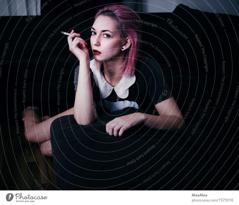 entspannt aufgeregt Jugendliche Stadt schön Junge Frau Erotik 18-30 Jahre Gesicht Erwachsene feminin Stil Lifestyle außergewöhnlich rosa Raum modern ästhetisch