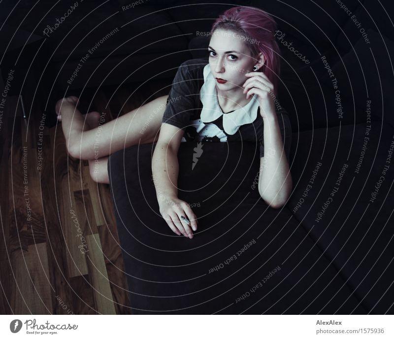 skeptisch Stil Raum Nachtleben Junge Frau Jugendliche Gesicht 18-30 Jahre Erwachsene Künstler Sofa Top violett beobachten sitzen warten ästhetisch