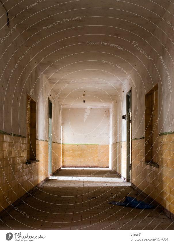 Flur Gang Licht planen Fliesen u. Kacheln Putz Tür Türrahmen alt Einsamkeit gehen vergessen Lichterscheinung Militärgebäude Raum Örtlichkeit verfallen